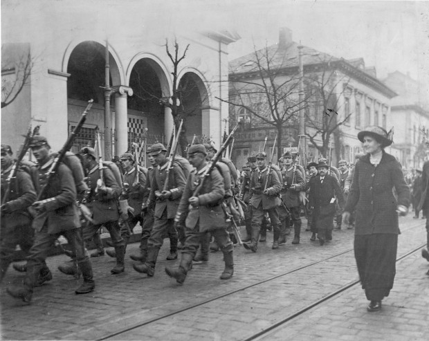 Ausrückende Soldaten Anfang August 1914 auf der Rheinstraße in Höhe der Kunsthalle | Historisches Bildmaterial: Stadtarchiv Darmstadt