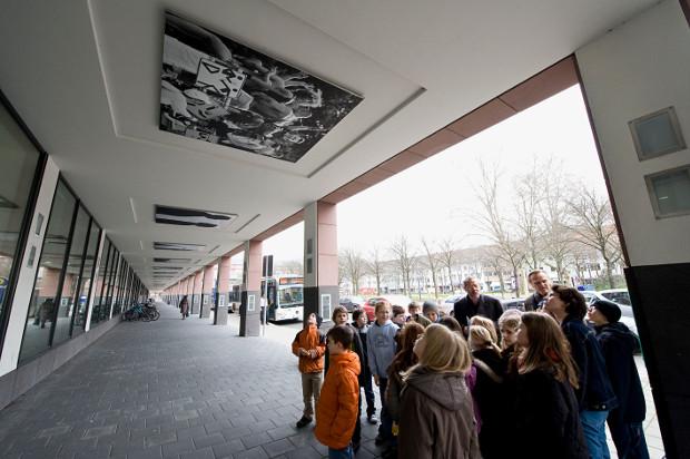 Udo Nieper, Architekt des Neuen Justizgebäudes, führt eine Darmstädter Schulklasse durch die Arkade der Grundrechte. Darmstadt, 2008Foto: Mirko Krizanovic