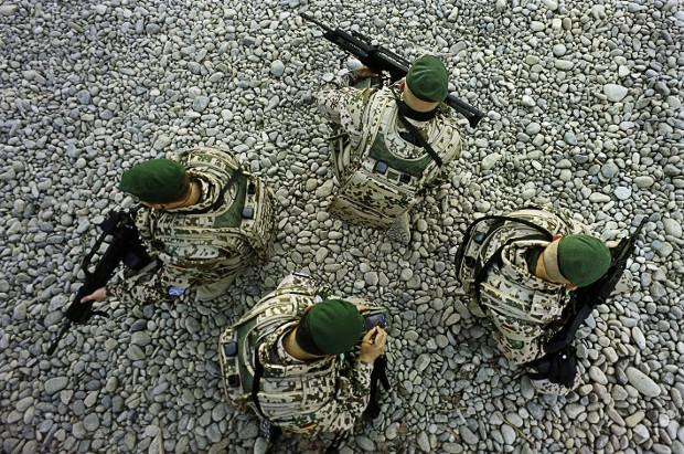 Infanteristen der Zukunft – GPS-Daten leiten Bundeswehrsoldaten, im Rahmen von ISAF, zu ihren Zielen. Kundus, Afghanistan, 2005 Foto: Mirko Krizanovic