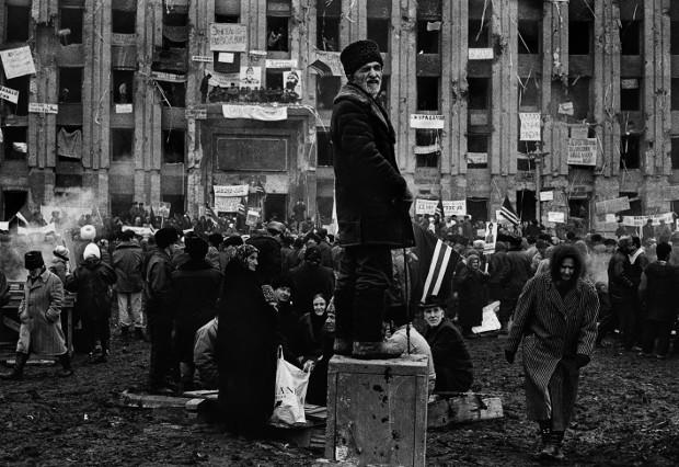 Tschetschenen demonstrieren vor dem Präsidentenpalast gegen die russischen Besatzer. Grosny, Tschetschenien, 1996 Foto: Mirko Krizanovic